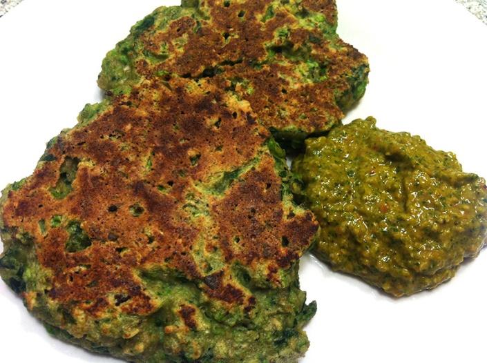 Ærte- og spinatrösti med grøn pesto